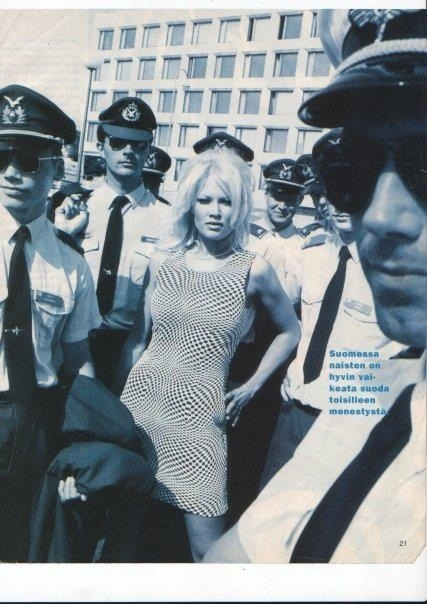 Omringad av män i uniform